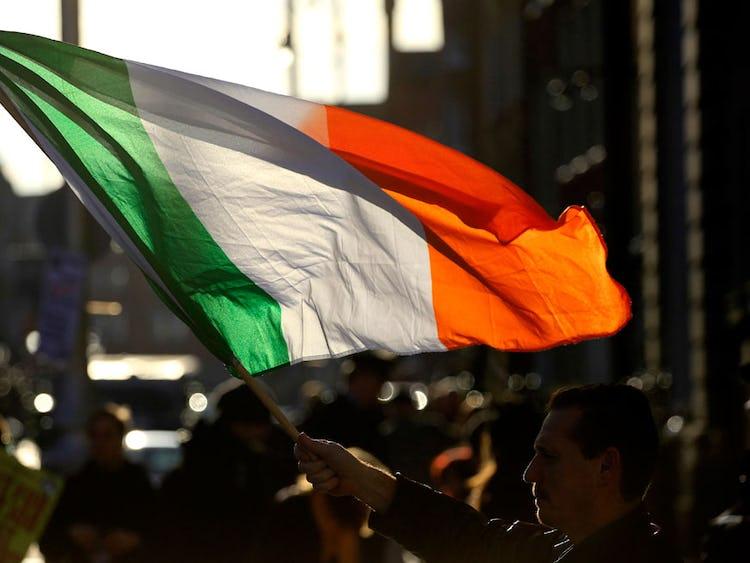 Irländare demonstrerar mot krispaketet.