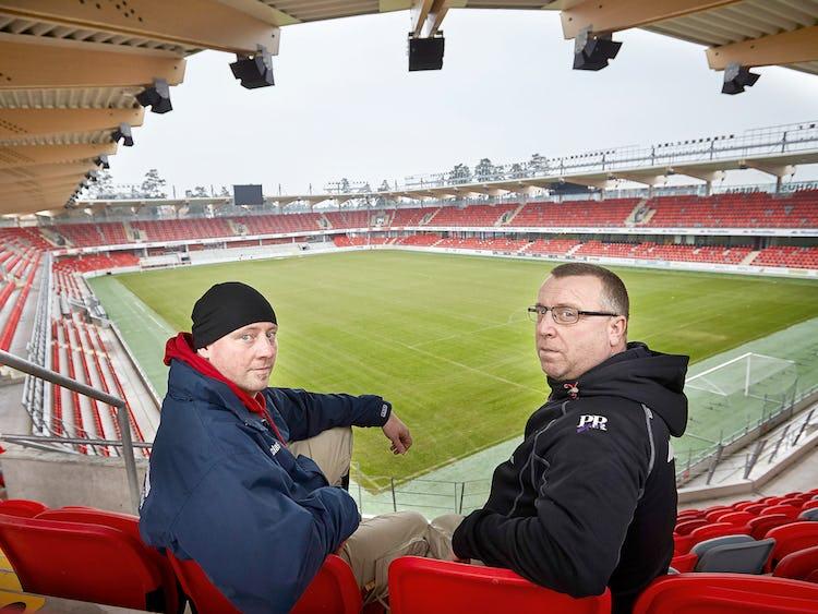 Vaktmästarna Niclas Yngvesson och Michael Roos vet inte om de får fortsätta att sköta Myresjöhus Arena när Peab ska ta över uppdraget.