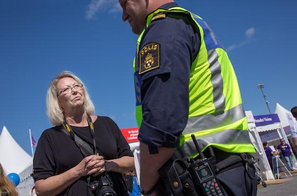 Lovisa Loan Sundman i samspråk med polisen under Järvaveckan.