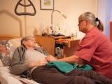 Maria Daif sitter med patienten Irene Kristoffersson.