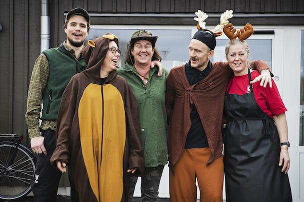 Kökspersonalen på Bolmens förskola i Varberg klär ut sig till djur och jägare.