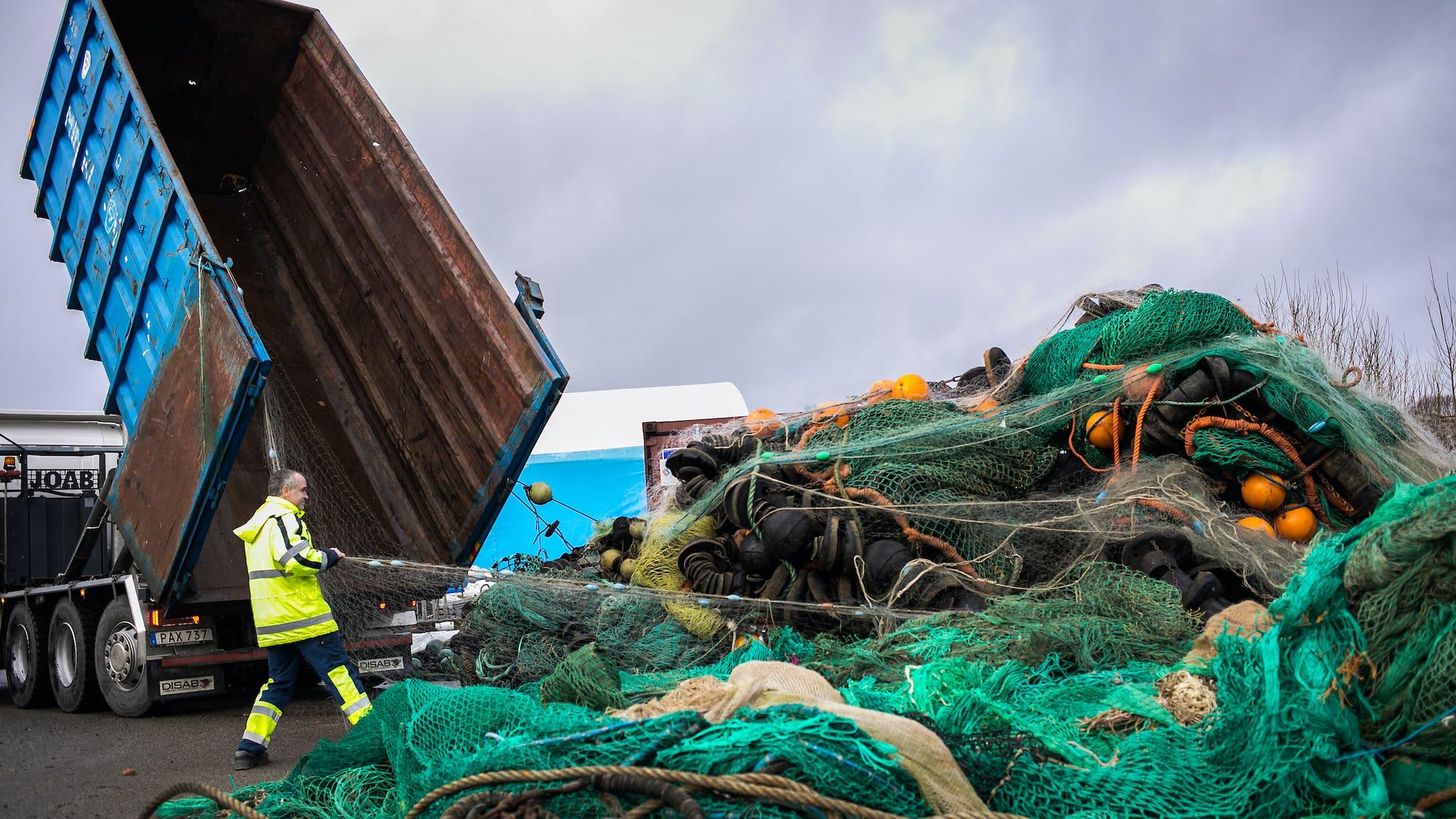 13 ton uttjänta garn och trålar lassas ur på Sveriges enda marina återvinningscentral. Ingmar Rytterstig tar emot.