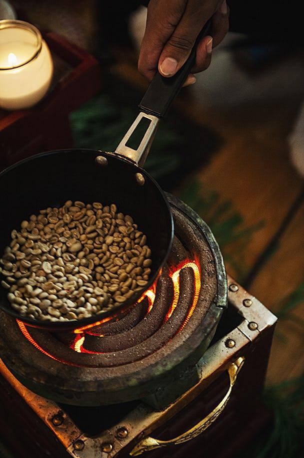 Kaffe på eritreanskt vis, då rostar man bönorna själv.