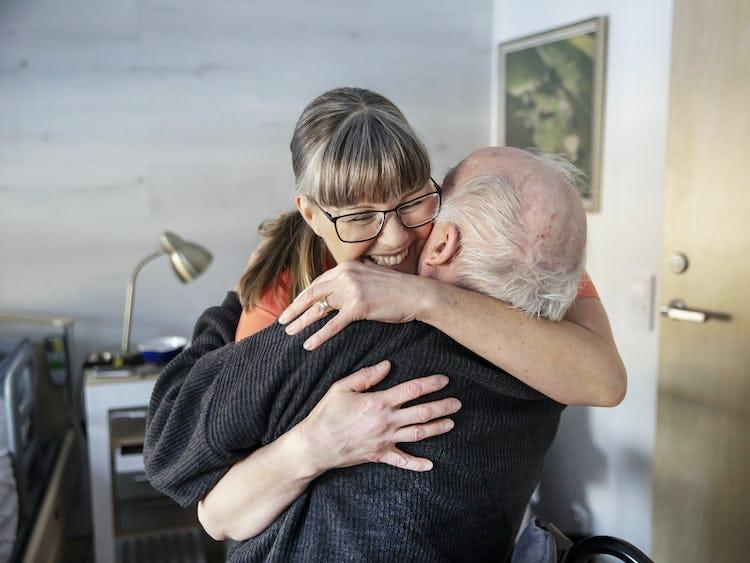 Wicktoria Hjortek kramar om Anselm Lindmark på omsorgsboende Nordstjernan.