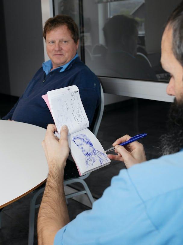 Marcelino ritar av kollegan Bertil Carlsson i sitt skissblock.
