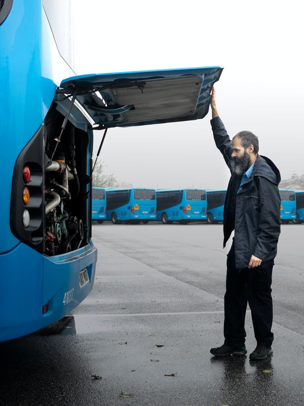Efter arbetspasset kollar Marcelino sin buss.