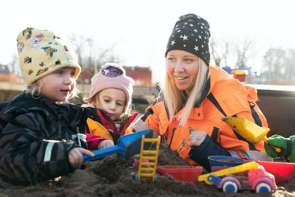 Anna Vikengren med Noomi och Stella.