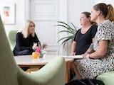 Socialminister Lena Hallengren (S) med undersköterskorna Petra Hultberg och Jenny Cederblad.