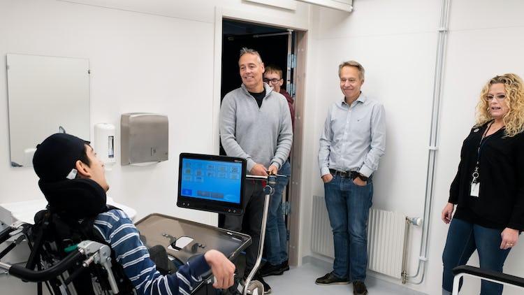 Christian Pinggera (i grå tröja) fixade en större toalett.
