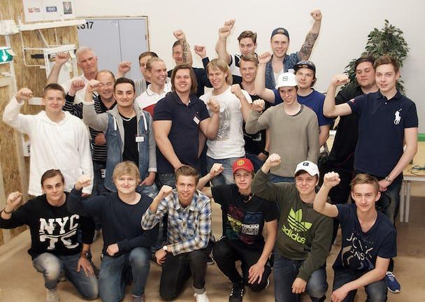 Nöjda och glada elever vid Rekarnegymnasiet i Eskilstuna. Alla som valt att göra yrkesprov blev godkända och går nu ut som förstaårs-elektriker. FOTO: PER EKLUND