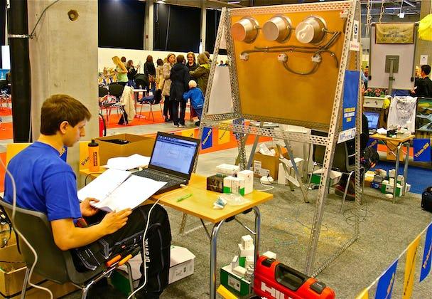 1. Grunnande tävlande elektriker vid Yrkes-SM i malmö 2012. Foto: LEIF GÖBEL
