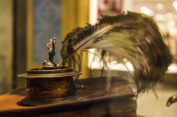 Fjäderpenna på ett skrivbord