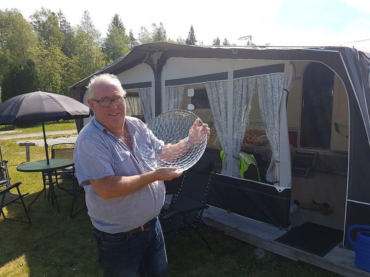 Kurt Eriksson håller upp en skål