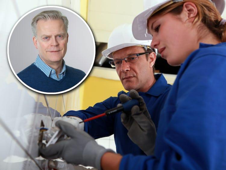 Ett foto av Jonas Andersson monterat över en bild på en el-lärare visar en el-elev hur man arbetar med ett vägguttag