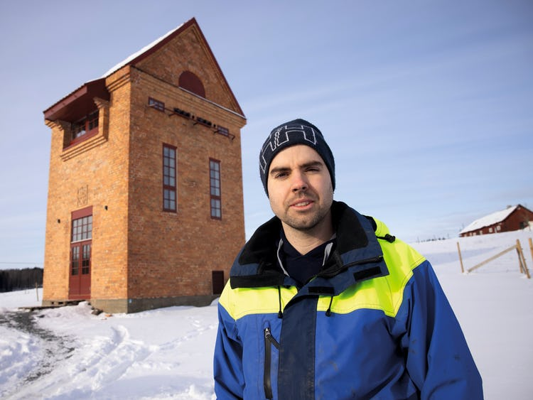 Jonas Isacsson utanför tranformatortornet