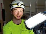 Emil Persson invid en stark bygglampa