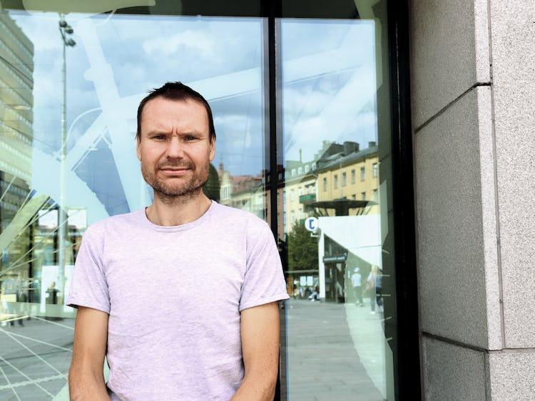 Petter Johansson framför en byggnad