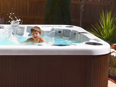 Ett barn som badar i ett spa-badkar