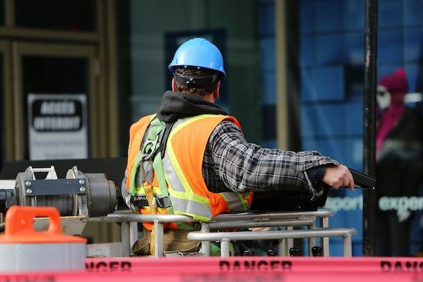 En byggnadsarbetare på en arbetsplats