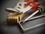 verktyg: tång, tumstock, skruvmejsel och såg