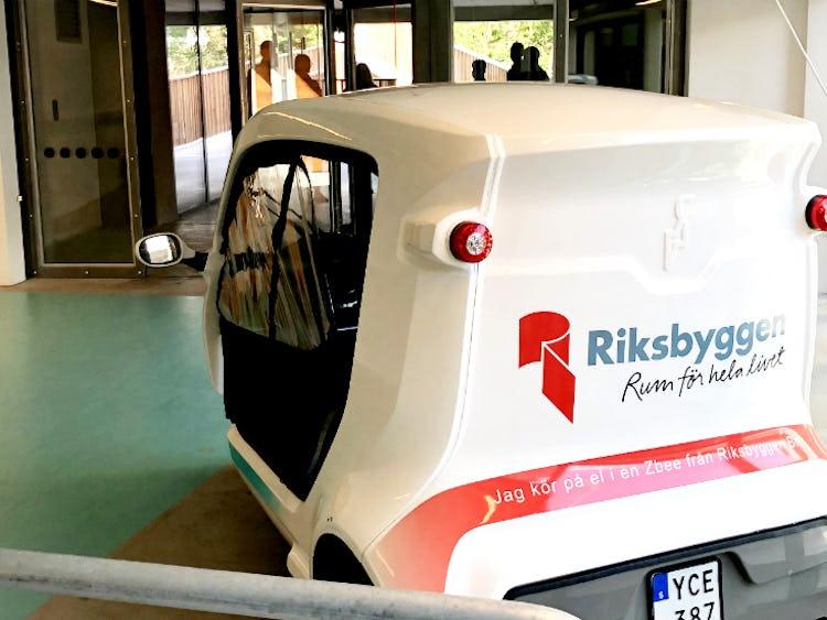 En liten bil med Riksbyggens logga på.