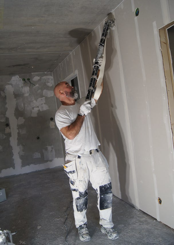 Kalle jobbar med en vägg