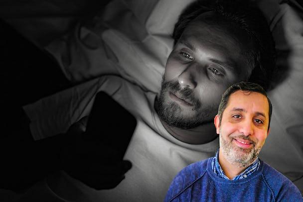 Jamal Elmourabits porträtt monterat över en bild på en person som ligger i sängen och tittar bekymrat på sin telefon.