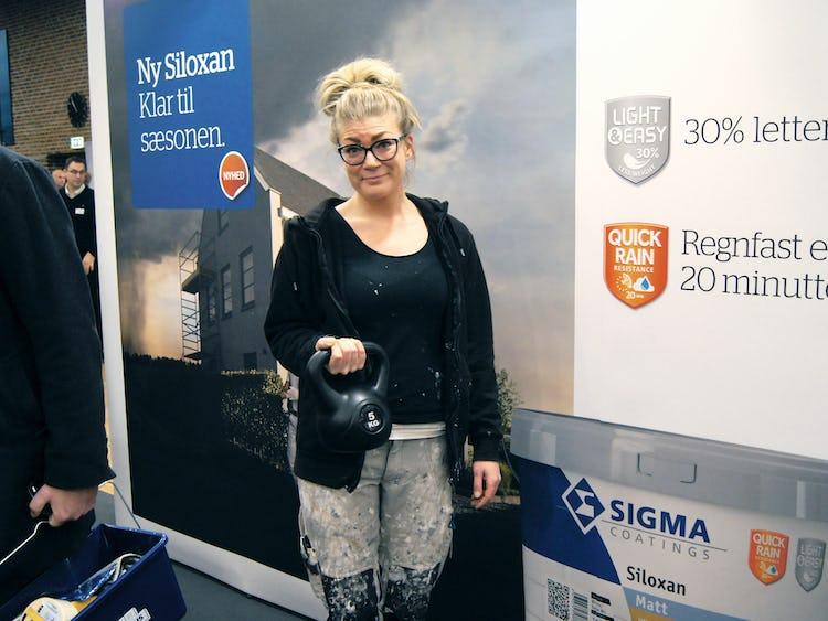 Camilla Markussen håller i en färgburk