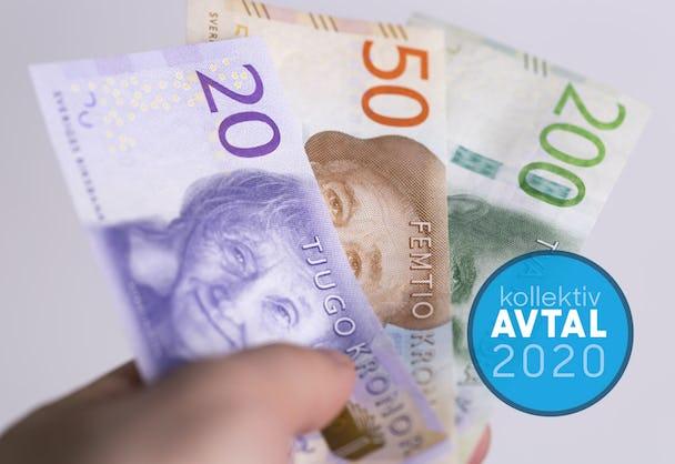 En hand som håller upp en samling sedlar, med en ikon med texten Avtal 2020 monterat över.