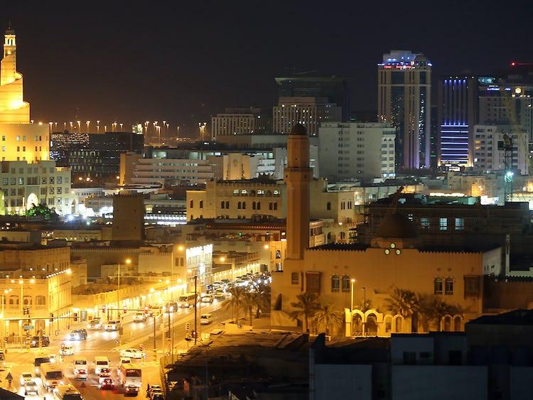En överblicksbild på en stad om natten