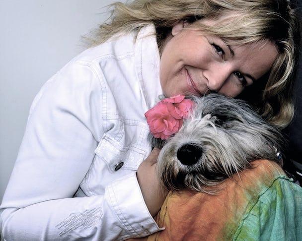 Anneli Särnblad Pederson med en liten hund i knät