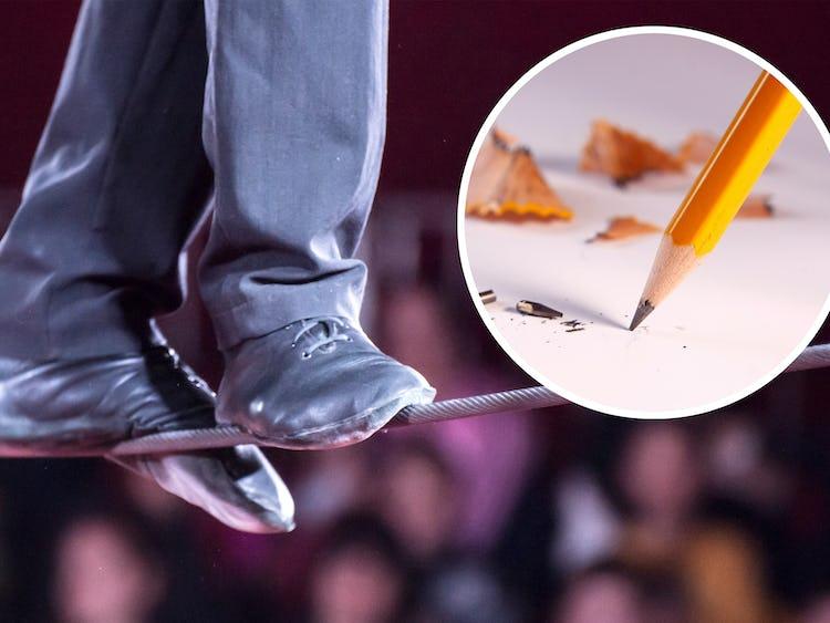 Ett par fötter som går på lina, men en bild på en penna monterat över