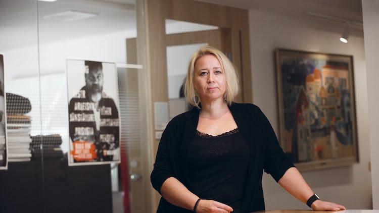 Linda-Li Käld vid ett bord