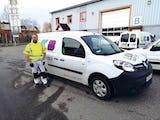 Peter Larsson, skyddsombud på LKB Måleri, med företagets elbil.