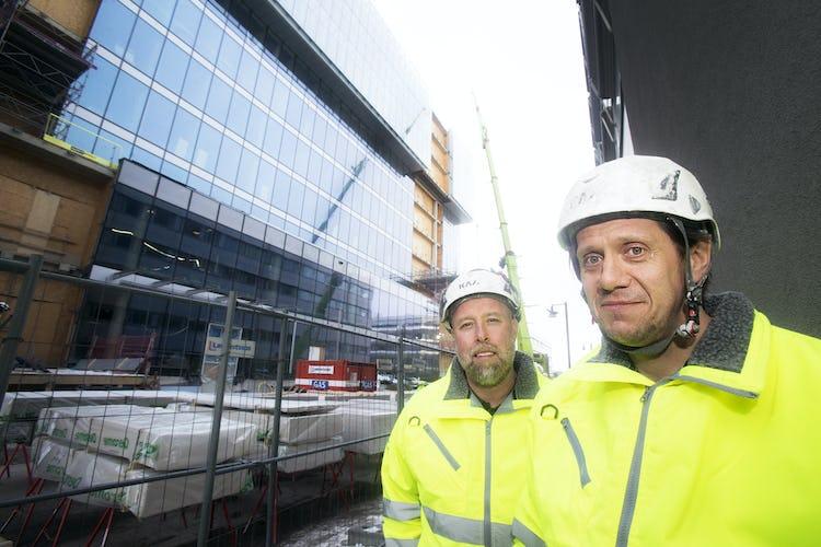 Reine Ahlqvist och Stefan Helgesson i arbetskläder på jobbet