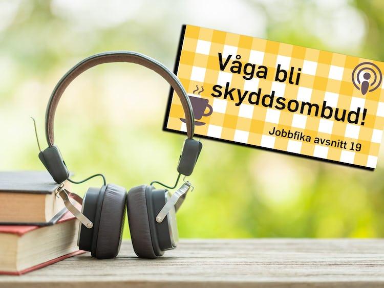 Loggan för podden Jobbfika, monterad över en bild på ett par hörlurar invid en trave med böcker utomhus.