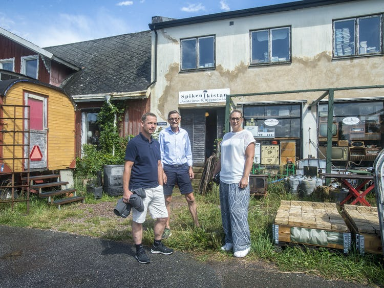 Fredrik Backman, Arvid Gunnarsson och Sandra Olsson utanför museet